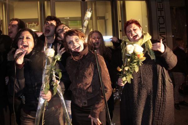 """Kauniečiai su gėlėmis, šampanu ir vėliavomis pasitiko """"šampaninį"""" Kauno chorą"""