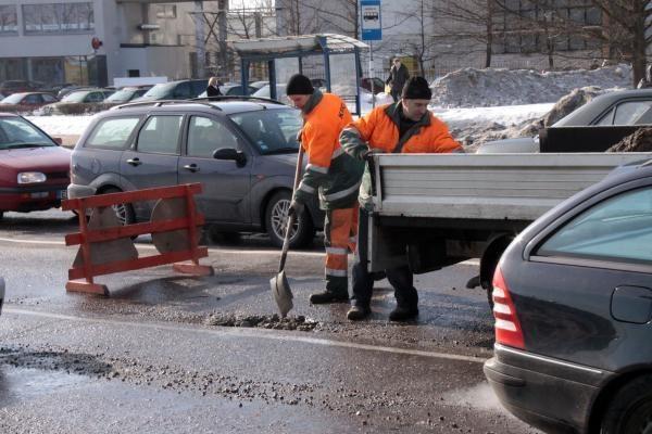 Tragiškoms ir duobėtoms Kauno gatvėms lopyti - skatikai