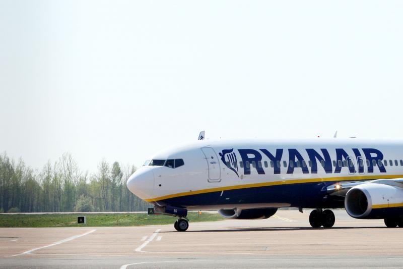 """Keleiviai pusantros valandos buvo įstrigę """"Ryanair"""" lėktuve"""