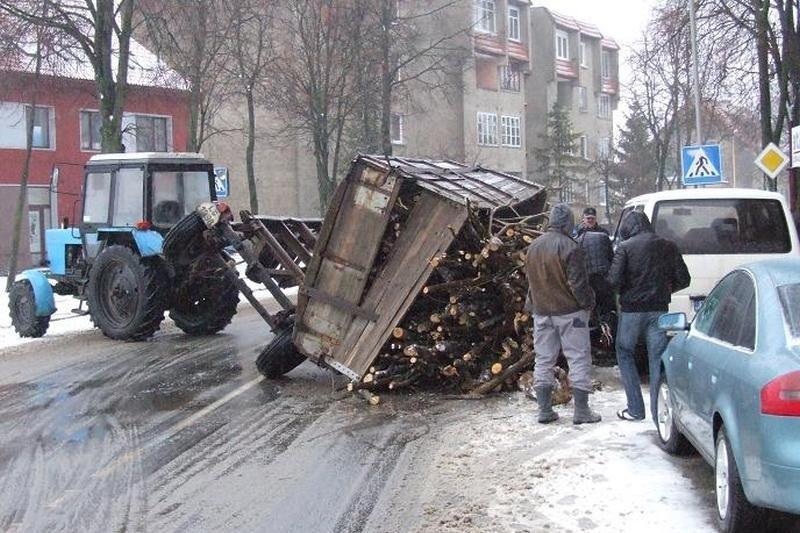 Šilutėje apsivertė medieną vežusio traktoriaus priekaba