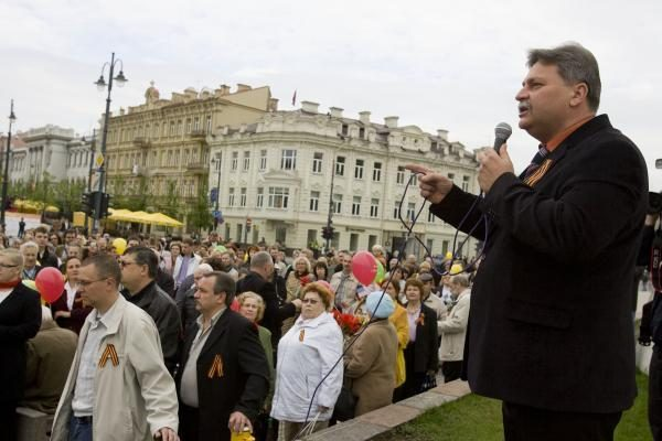Veteranų eitynes Vilniuje lydėjo priešiški šūkiai (papildyta 15.50 val.)