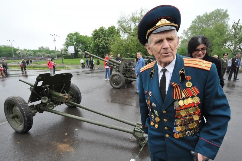 Pergalės diena Rusijoje: lietaus debesis sklaidė lėktuvai