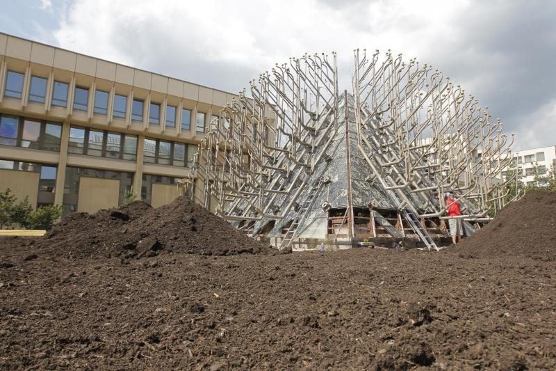 Paskutinę akimirką apdaužytas Seimo fontanas virto piramide-žemėlapiu
