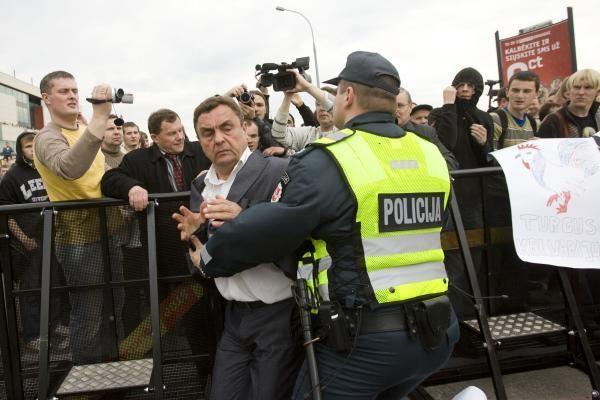 Vilniaus policija apskundė teismo sprendimą nebausti K.Uokos ir P.Gražulio dėl gėjų eitynių