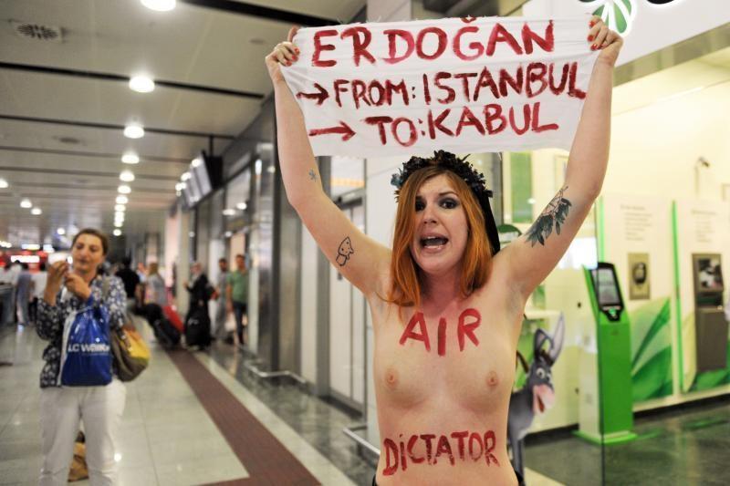 """Pusnuogė """"Femen"""" aktyvistė smerkė Turkijos premjero konservatyvumą"""