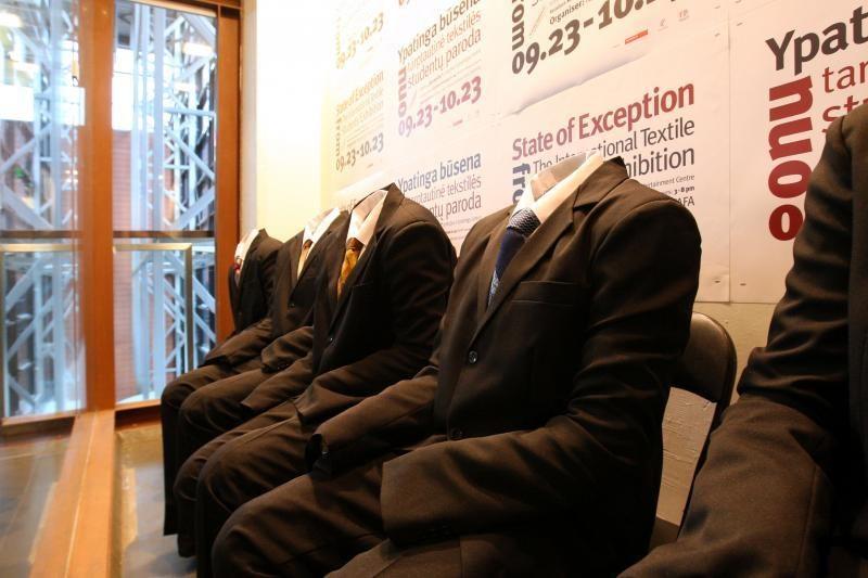 Tekstilės bienalė: cukrinės suknelės ir batai iš žiedlapių