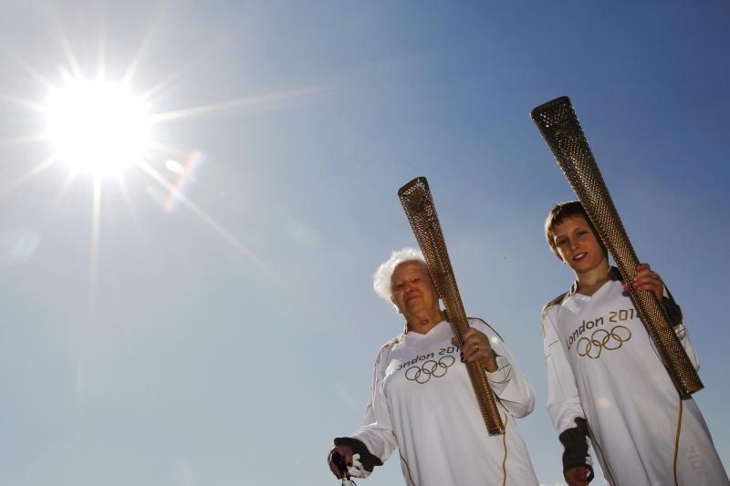 Tarp olimpinio deglo nešėjų bus karo veteranas ir 100-metė