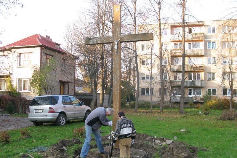 Aistras kėlusį kryžių iškasė ir išgabeno