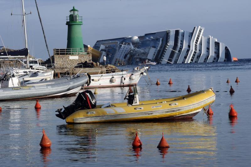 Narai tęsia iš apvirtusio kruizinio laivo dingusių žmonių paiešką