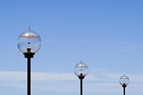 Saulės energija maitinama lempa – svarbiausias XXI a. daiktas