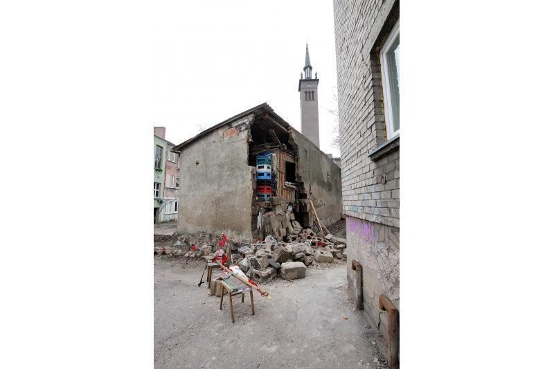 Klaipėdoje pavojingai byra seno sandėlio siena