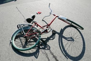 Kaune automobilis partrenkė devynmetį dviratininką