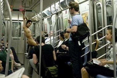 Niujorkiečius kaitino ir gąsdino metro striptizą šokusi mergina