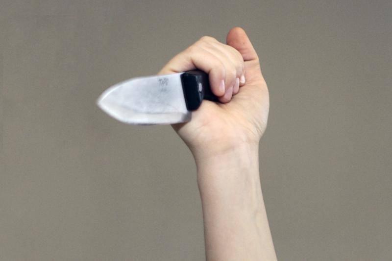 Neįgaliai moteriai plėšikai grasino peiliu