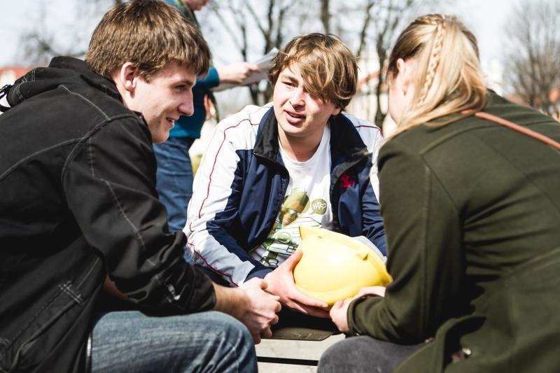 Gimnazistams pamokos vyko ir Rotušės aikštėje, ir ant tilto