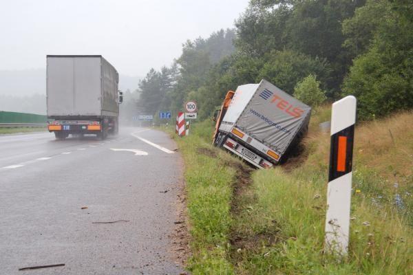 """Nuo kelio nulėkusio vilkiko vairuotojas: """"užmigau"""""""