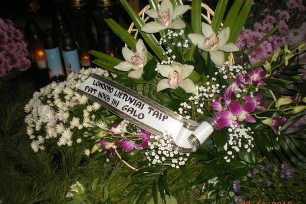 Ant D.Kedžio kapo negęsta žvakutės