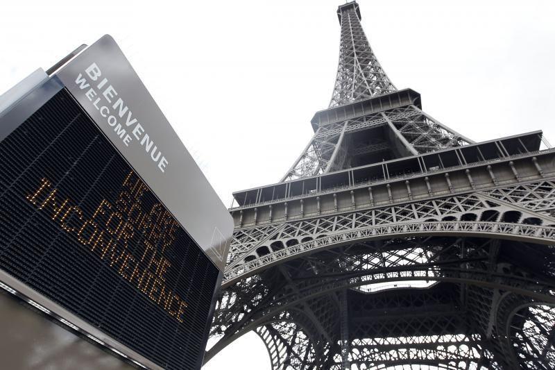 Prie Eifelio bokšto nusidriekė turistų eilės