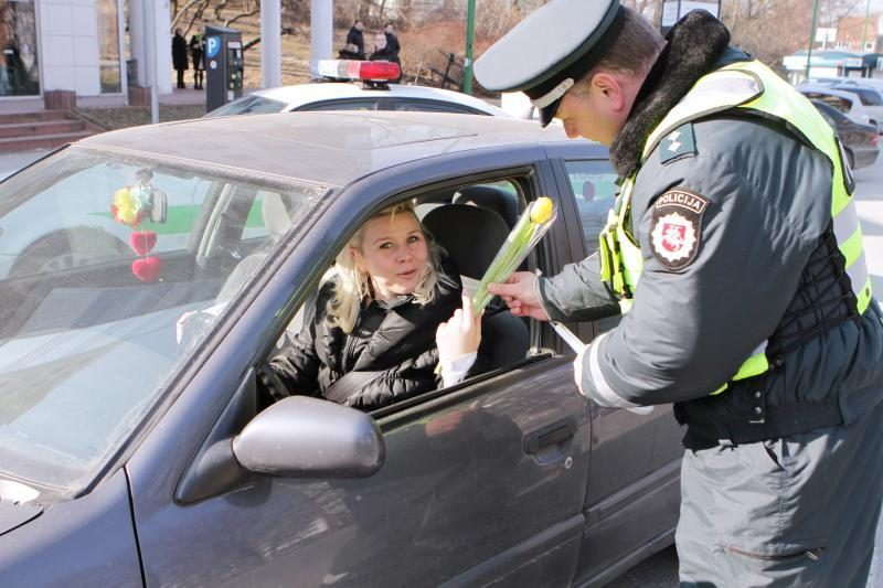 Klaipėdos kelių patruliai vairuotojas pamalonino gėlėmis