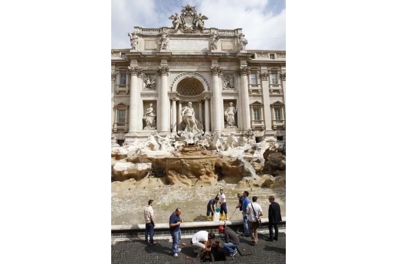 Pradėjo byrėti garsusis Trevi fontanas Romoje