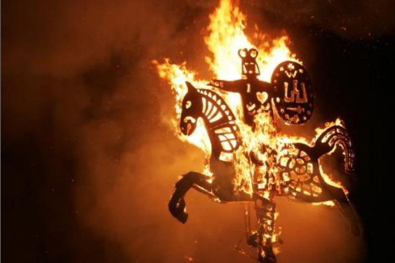 Juodkrantėje liepsnos ugnies skulptūros