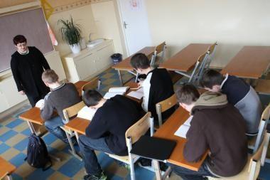 Mokyklų ar darželių vadovai negali būti ir mokytojais (papildyta)