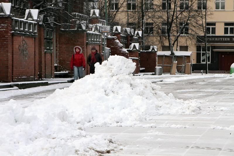 Klaipėdos šaligatvių valytojai sniego krūvas tirpdo kibirais druskos