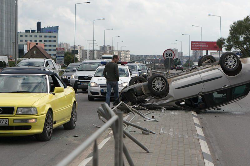 Lėkdamas per draudžiamą šviesoforo signalą apvirto automobilis