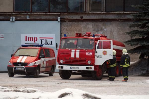 Pramoniniame Vilniaus rajone liepsnojo apleistas pastatas