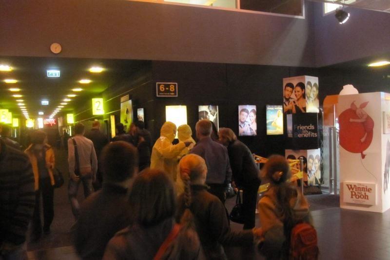 Kino teatre apsilankiusiems žiūrovams veidus teko slėpti po kaukėmis