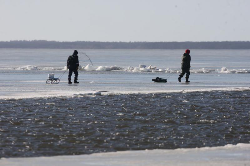 Atsivėrusi properša ant Kuršių marių ledo įkalino keliasdešimt žvejų