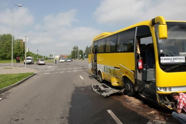 Kaune į avariją pateko tarpmiestinis autobusas (papildyta)