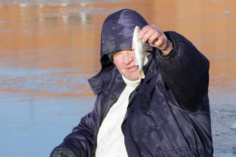 Kelią mariomis žvejai nužymėjo šakomis