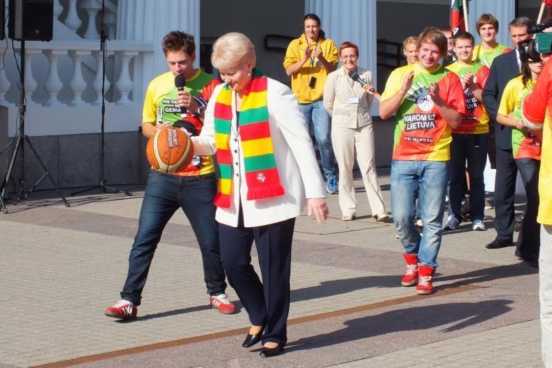 Prezidentė išbandė krepšinio kamuolio šoklumą