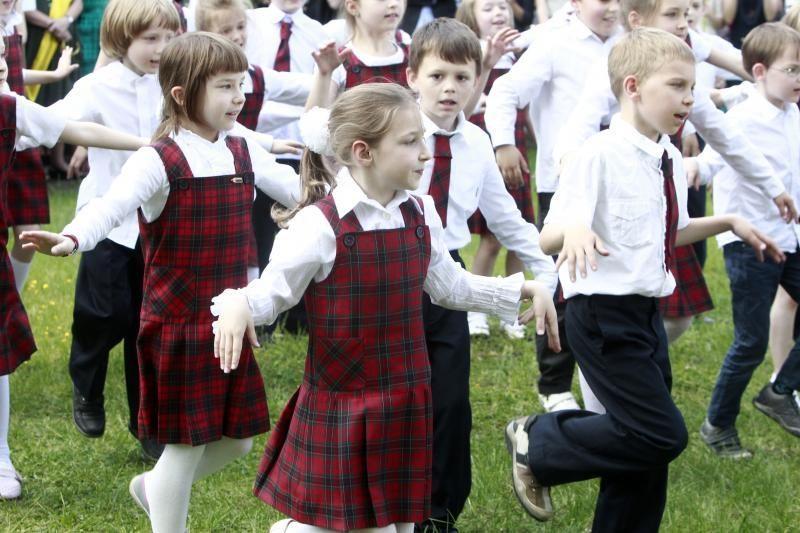 Su mokykla abiturientai atsisveikina originaliai