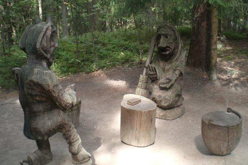 Raganų kalno skulptūras ir vėl gelbėja tautodailininkai