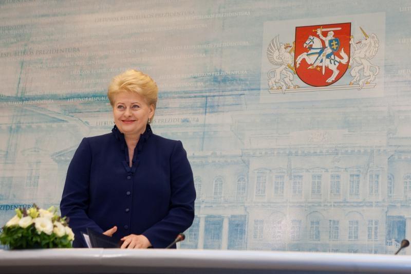 D.Grybauskaitė: atlyginimus kelti jau galima, tik atsargiai