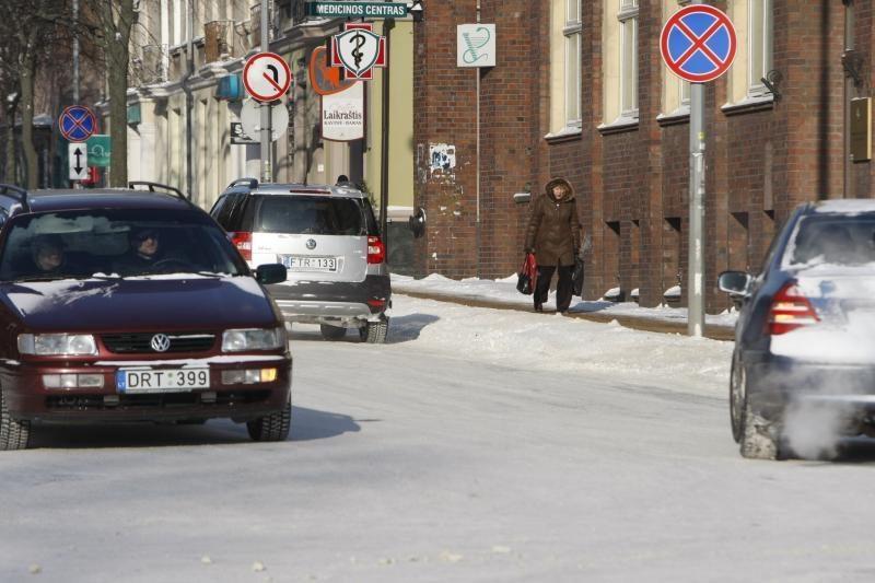 Šalies keliai padengti sniegu arba plikledžiu