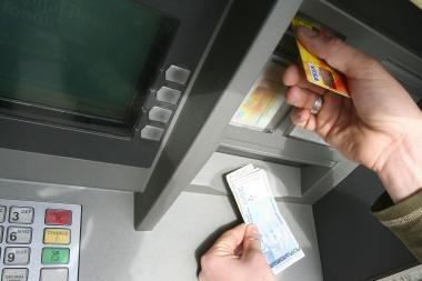 Vagys pasinaudojo palikta banko kortele
