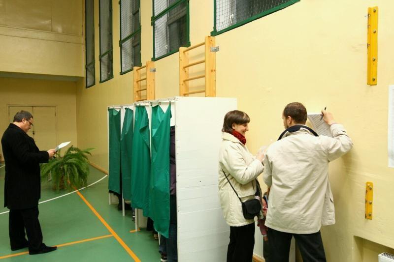 Eilėse stovėję kauniečiai piktinosi balsavimo tvarka