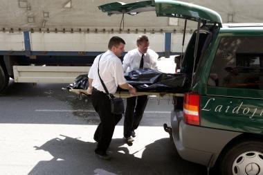 Ant kelio gulintį vyrą mirtinai sužalojo autobusas