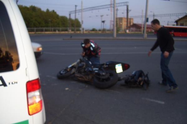 Kaune motociklininko nepraleido BMW vairuotoja