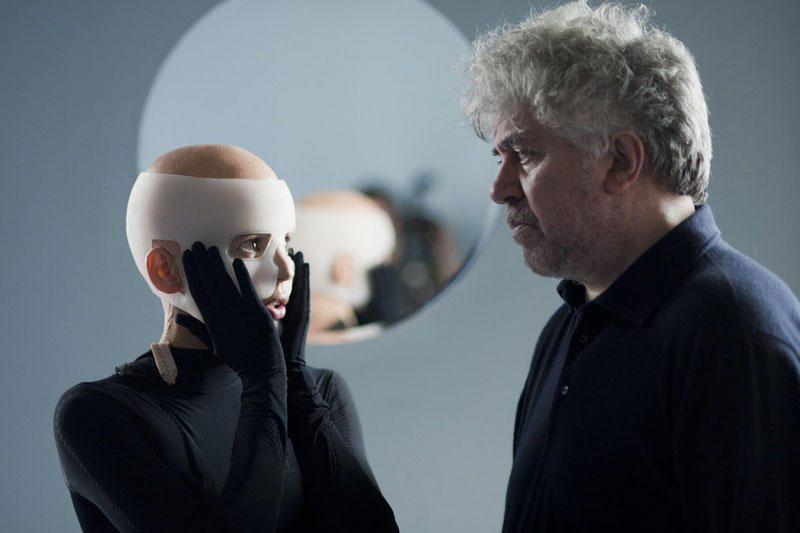 """P.Almodovaro filmas """"Oda, kurioje gyvenu"""" sužavėjo kino kritikus"""