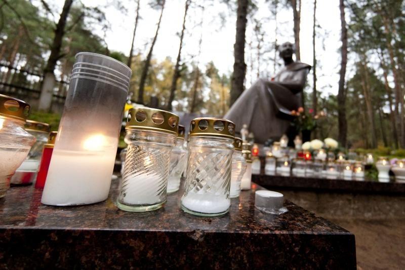 Kunigo R.Mikutavičiaus kapas paskendo žvakelėse