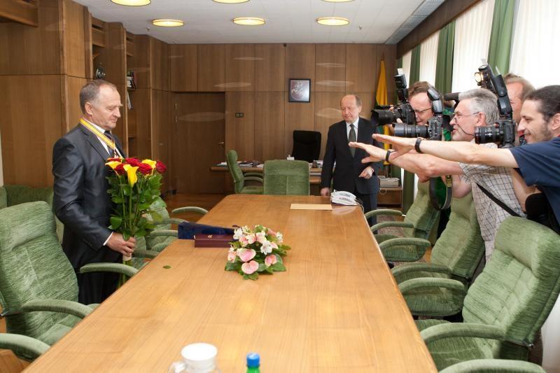J.Kairiui premjeras įteikė Sporto garbės komandoro ženklą