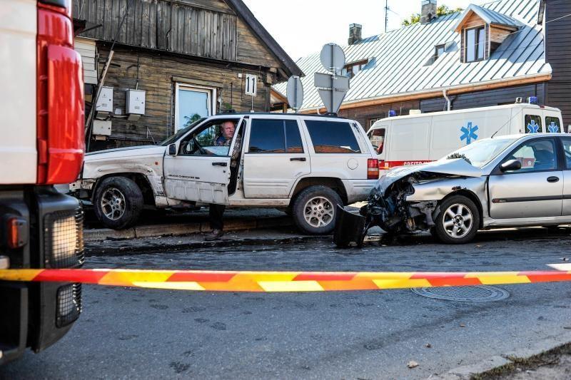 Kaune automobilis rėžėsi į namą, pėsčiasis per stebuklą liko gyvas