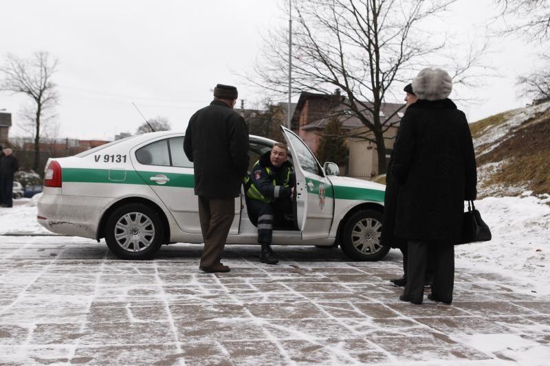 A. Sniečkaus gimimo metinės: raudoni gvazdikai, policija ir tortas