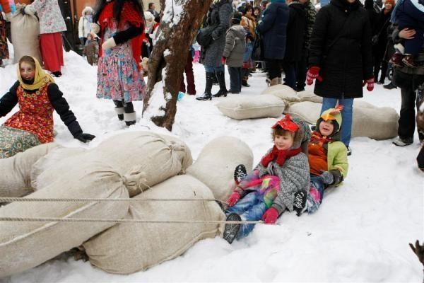 Užgavėnių persirengėliai vijo žiemą