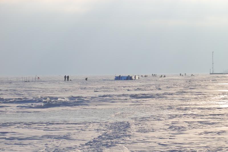 Ant Kuršių marių ledo pasirodė pirmieji poledinės žūklės mėgėjai