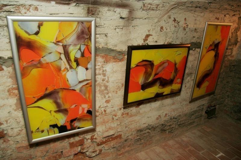 Keturi menininkai susibūrė stiklo darbų parodai